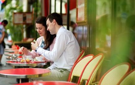 Flirten: Frauen verraten, was sie tun, wenn sie einen Mann gut finden