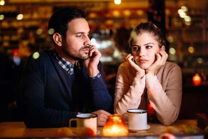 Dating ein Mädchen, das noch mit ihrem Ex lebt